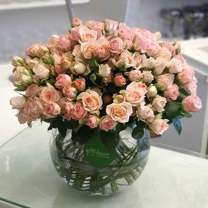 100 Peach Spray Roses In Glass Vase: Flower Delivery Kuwait